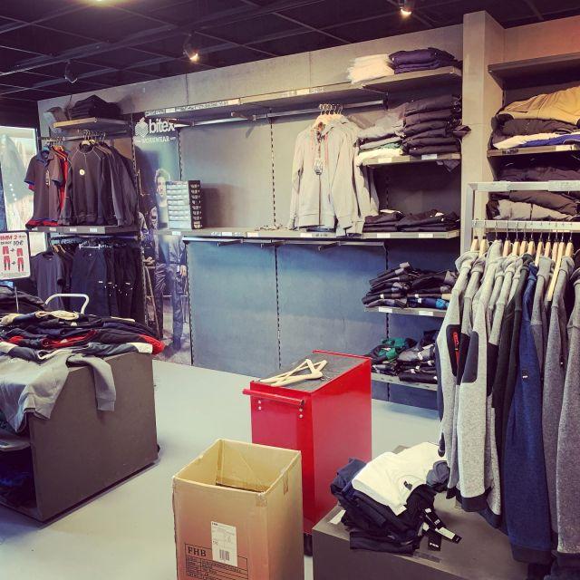 Unsere Auswahl an @fhb_original Artikeln👕👖🩳 in unserem Workwear Store wächst weiter💪🏻.  Diese Woche haben wir Platz geschaffen, für mehr Auswahl, neue Modelle und mehr Farbauswahl🔵🔴🟢🟤⚪️⚫️.  Wie gefällt euch die Workwear von FHB?   #bitex #bielefeld #fhb #workwear #berufsbekleidung #ausderregion #zunftbekleidung