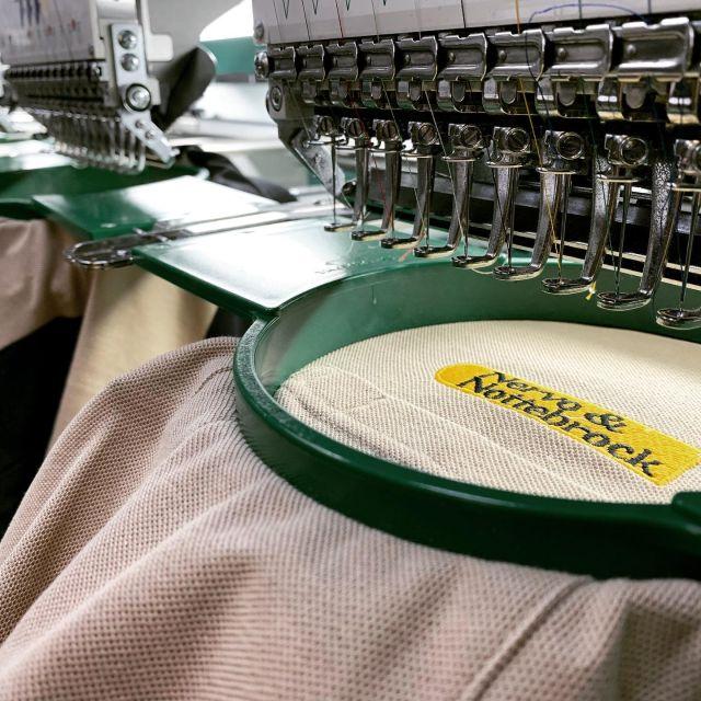 Workwear & Stickerei aus einer 🤚🏼 Hand??? - Dann seid ihr bei uns genau richtig!   Schaut in unserem Workwear Store vorbei und lasst euch inspirieren.   #bitex #workwear #stickerei #synergie #allesauseinerhand #stick #polo #fhb #berufsbekleidung #arbeitsschutz #bielefeld #ostwestfalen #handwerk #poloshirt